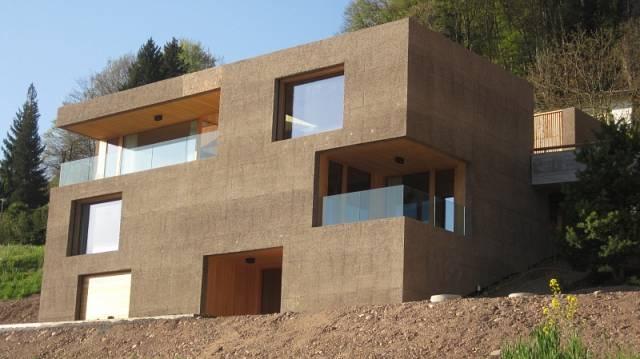 betonbau mit beton braun-minimalistisches haus mit quadratischen fensteröffnungen
