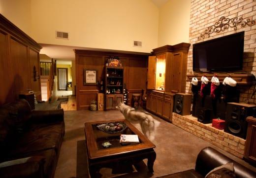 stylisches wohnzimmer braun mit ziegelwand und betonboden braun