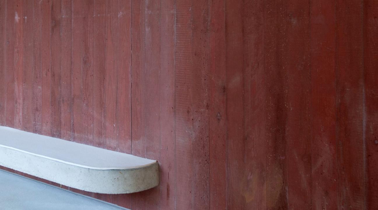 außenwand aus sichtbeton braun mit betonbank