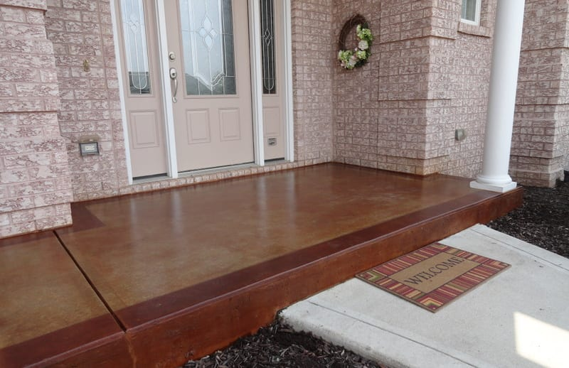 außenwandverkleidung aus naturstein und veranda aus beton braun