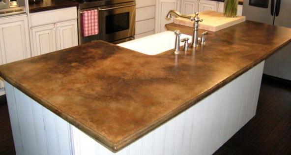 küche weiß mit kochinsel weiß und küchenarbeitsplatten aus beton braun