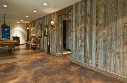 wohnzimmer inspirationen mit holzwandverkleidung und fußboden aus beton braun