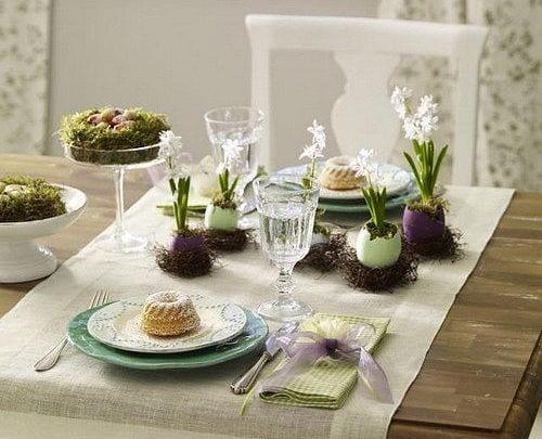 tisch eindecken mit osterei in lila un grün