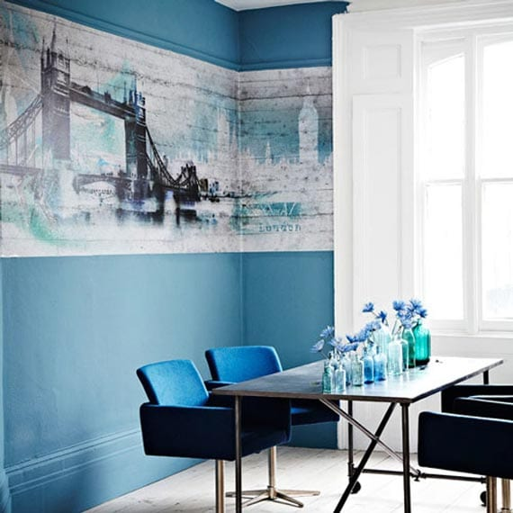 streichen mit wandfarbe blau-modernes wohn esszimmer mit polsterstühlen blau und cooler hintergrungbild