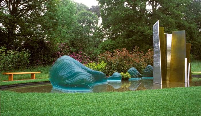 garten und landschaftsbau- coole idee für gartengestaltung mit teichbecken und glasskulptur