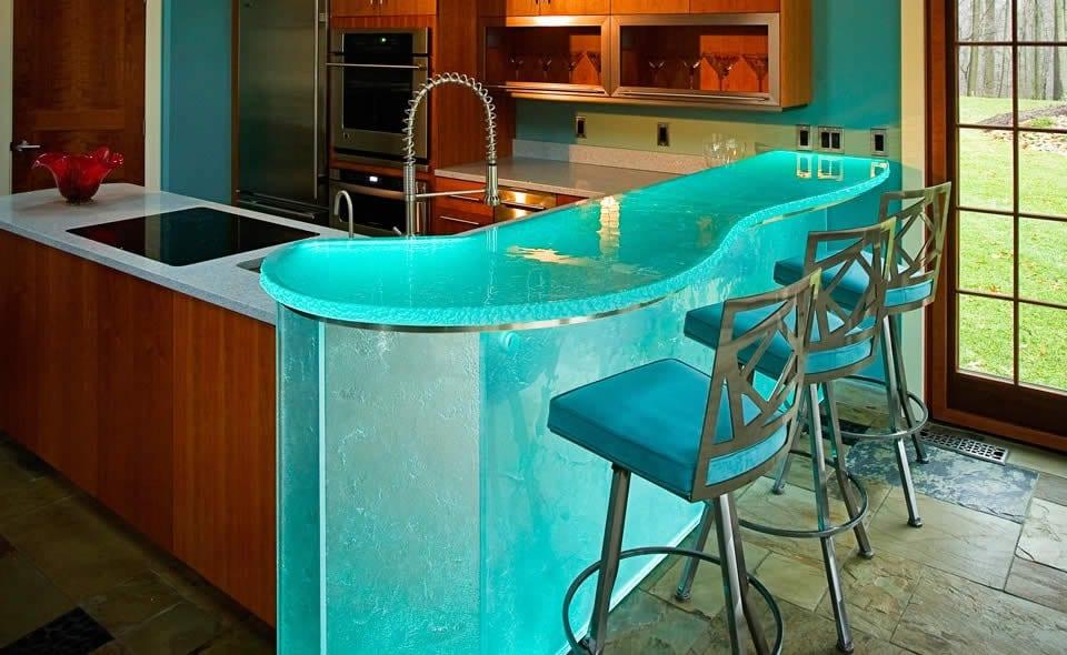 kleine küche mit bar aus belichtetem Glas mit blauen barhockern-farbgestaltung küche mit wandfarbe blau