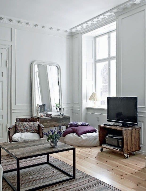 mein wohnzimmer rustikal mit holzboden und sideboard antik aus holz mit wandspiegel