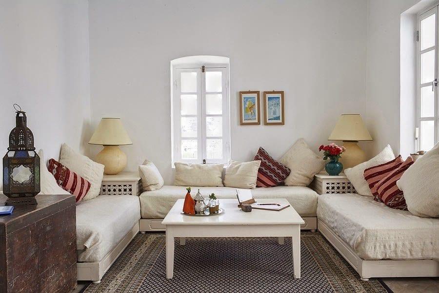 wohnzimmer inspirationen mit weißer sitzecke wohnzimmer und rustikale kommode