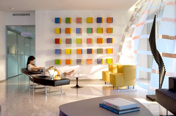 ideen für wandgestaltung mit farbigen kuben- ledersessel gelb-gekrümte glaswand