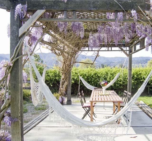 coole gartengestaltung mit überdachter terrasse und terrassengestaltung mit lila blumen