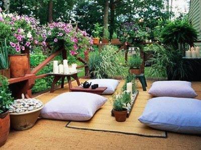 holzterrasse als terrassengarten gestalten mit teppich und sitzkissen