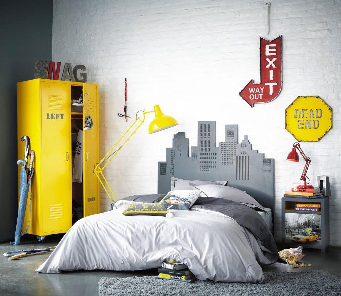 schlafzimmer grau mit kreativem kopfbrett als stadtsilhouette und kleiderschrank gelb aus metal