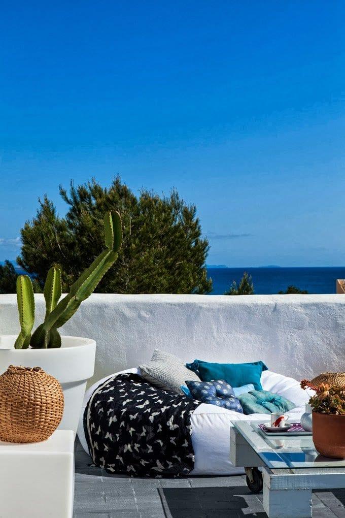 terrasse gestalten mit couchtisch holz aus europaletten und weißer sitzkissen