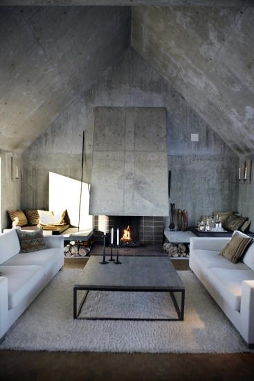 modernes wohnzimmer mit dachschräge und Sichtbeton-luxus interior mit weißen sofas und quadratischem couchtisch