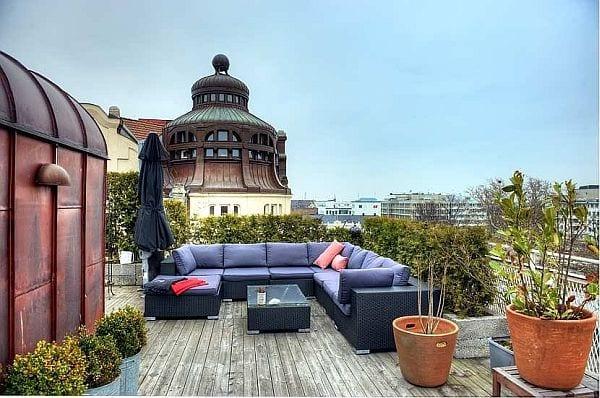 terassengestaltung holz mit grünen hecken und terrassenmöbel rattan