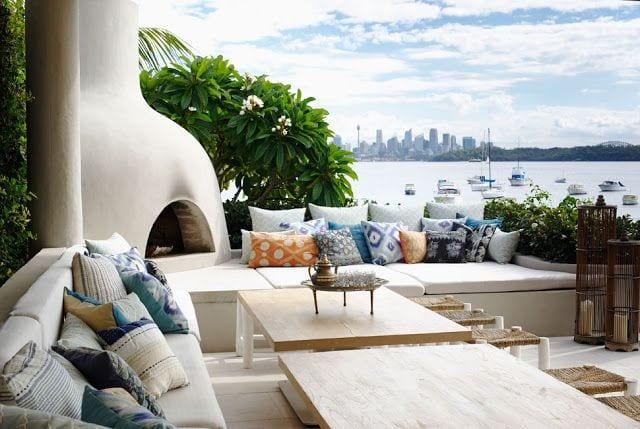 moderne terrasse mit kamioffen weiß und ausgemauerter sitzecke mit weißen matten