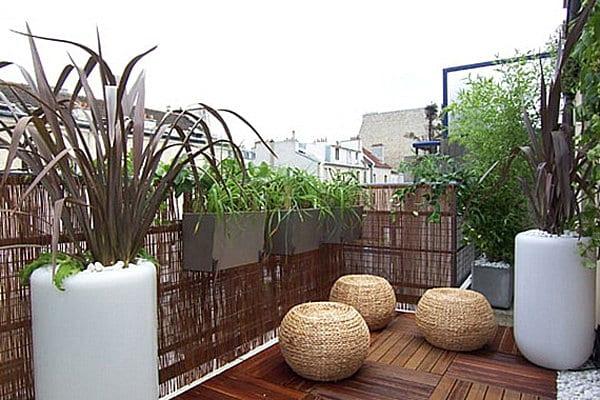 kleiner balkon ideen mit runden hockern