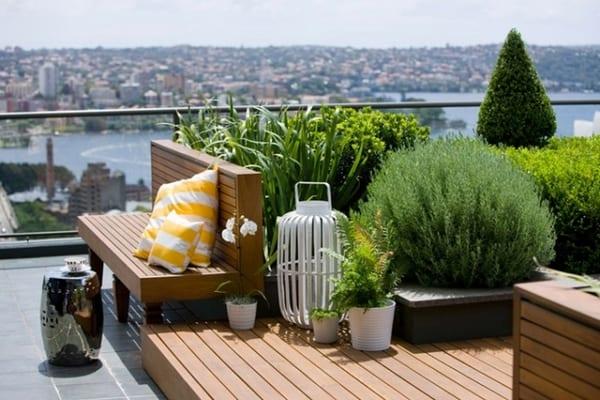 terrasse gestalten mit holzpodest und holzbank