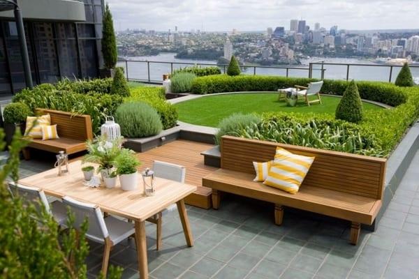 terrassen gestalten mit extensiver begrünung und holzbänken