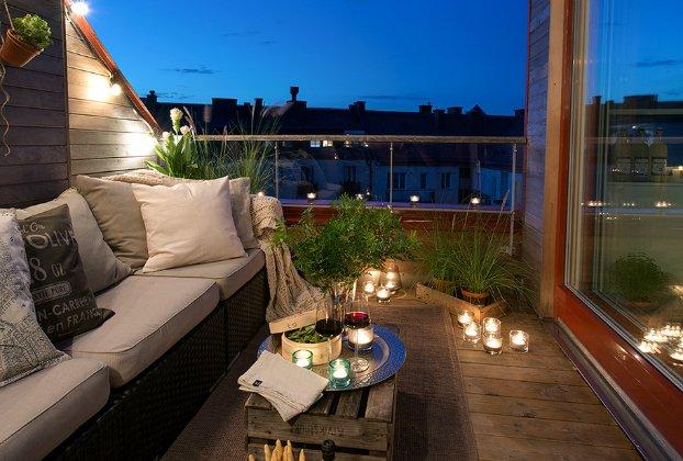 romatische terrassengestaltung mit kerzen und leuchten