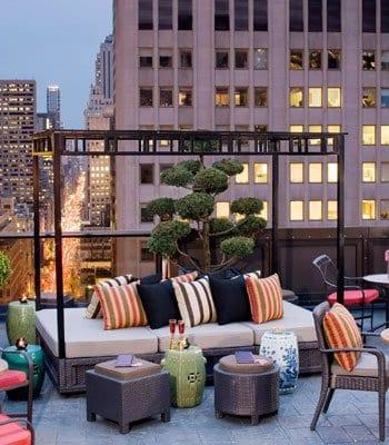 terrasse gestalten mit marokkanischen möbeln und pergola mit sitzfläche