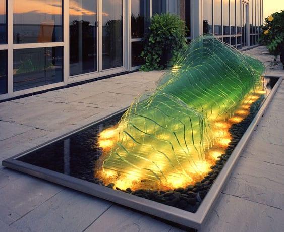 terrasse gestalten mit rechteckigem teichbecken und skulptur mit LED Beleuchtung