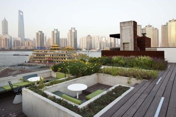 terrasse gestalten mit holzboden grau und hochbett bepflanzen