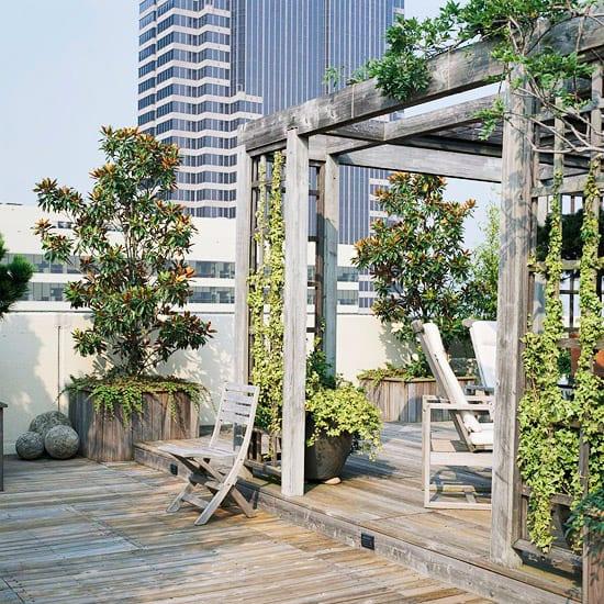 terrasse gestalten mit veraltetem holz- terrassenbepflanzung ideen