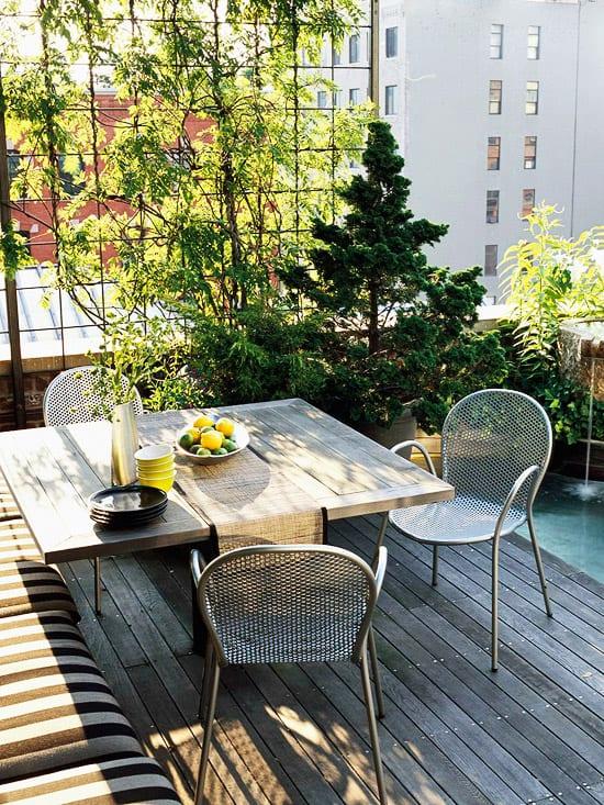 terrasse und balkon ideenmit sichtschutzbepflanzung und teichbecken