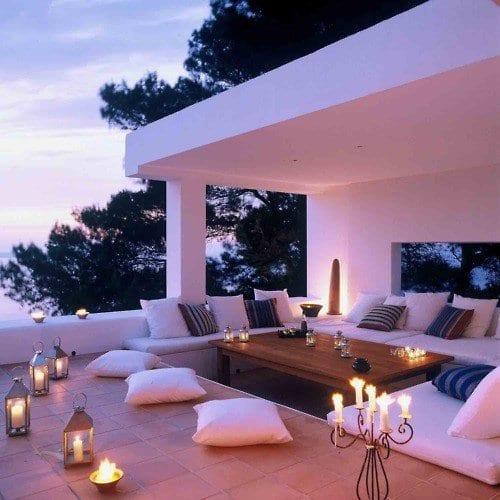 modernes haus mit kleine überdachte terrasse und kerzendekoration
