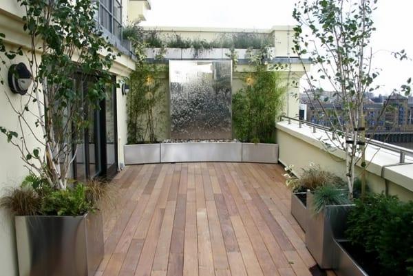 terrasse gestalten mit terrassenbrunnen und metallplanzentöpfen