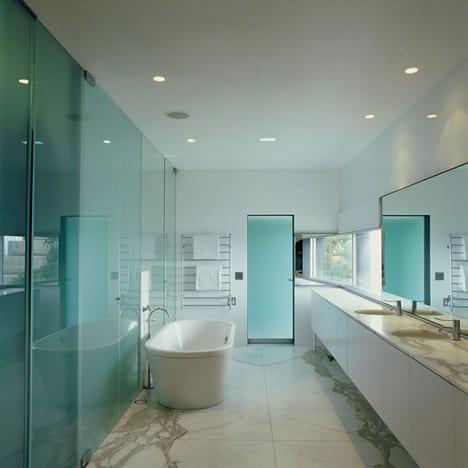 luxus badezimmer interior mit wand aus glaspaneelen und freistehende badewanne-badezimmer spiegel und waschtisch weiß mit natursteintheke- bodenbelag marmor weiß