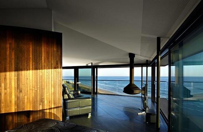 luxus wohnzimmer mit doppelbett und holzwandverkleidung
