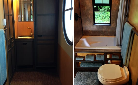 kleines badezimmer mit kleiner badewanne und holzwaschtisch