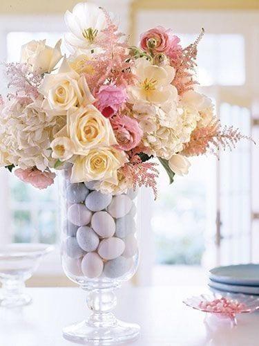 bilder ostern mit vase und blauen ostereiern