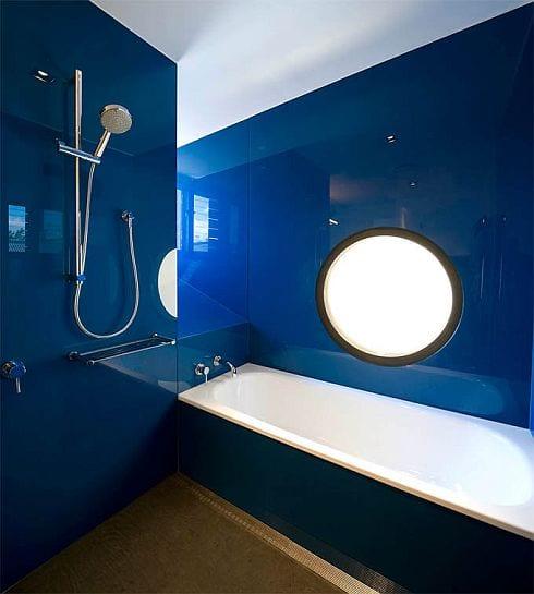 modernes badezimmer interior mit wandverkleidung in lack blau und fenster rund