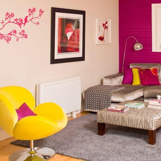 kleines wohnzimmer inspirationen mit wandfarbe pink und ecksofa aus samt grau