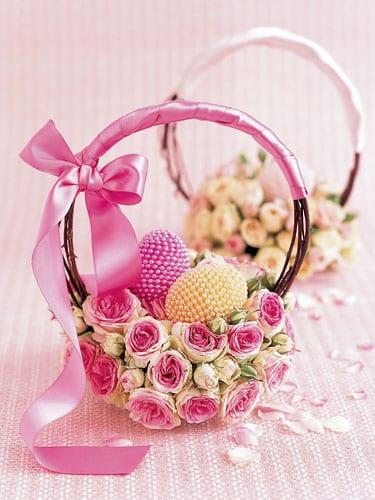 osternest deko idee mit rosenund rosafarbiger Schleife