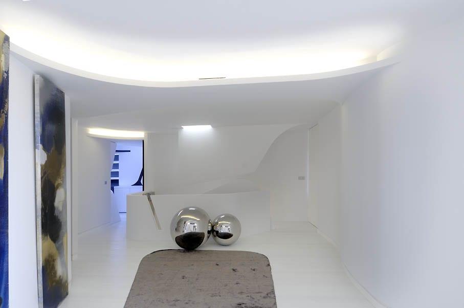 minimalistische raumgestaltung in weiß-deckengestaltung mit abgehängter decke und deckenbeleuchtung