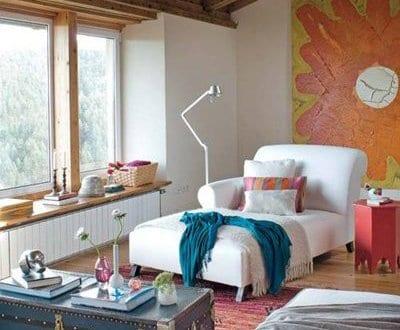 einrichtungsideen stylisches wohnzimmer mit dachschräge und blauer couchtisch rustikal - fresHouse