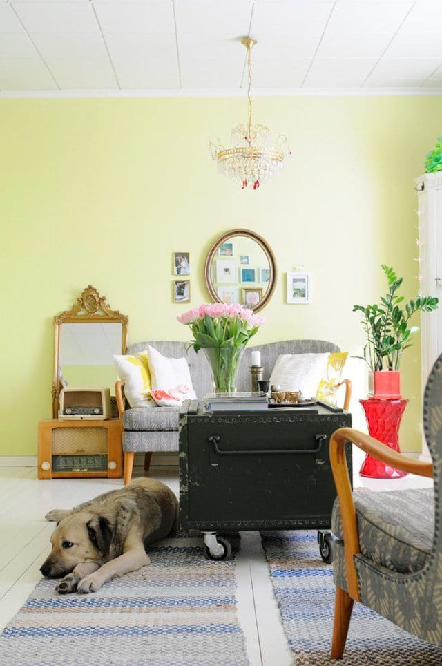 wohnzimmer beispiele mit wandfarbe gelb und couchtisch aus altem koffer