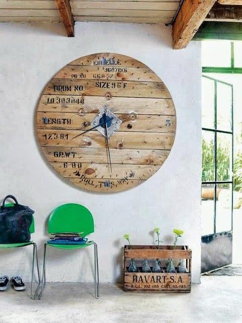mein wohnzimmer mit grünen stühlen und DIY wandekoration