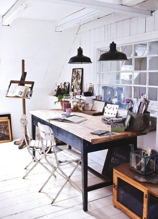 mein wohnzimmer mit rustikalem büroschreibtisch und weißen holzesszimmerstühlen rustikal