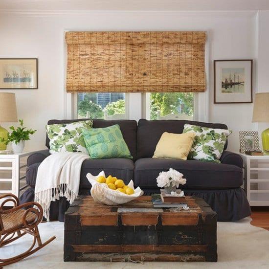 kleines wohnzimmer mit couchtisch rustikal aus holzkoffer und sofa blau
