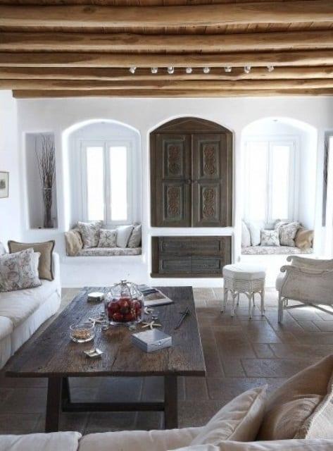mein wohnzimmer mit runden holzbalken und holztisch rustikal_fensterbank dekorieren