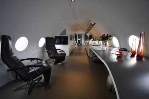 luxus suite im flugzeug mit modernem büro und ergonomischen stühlen