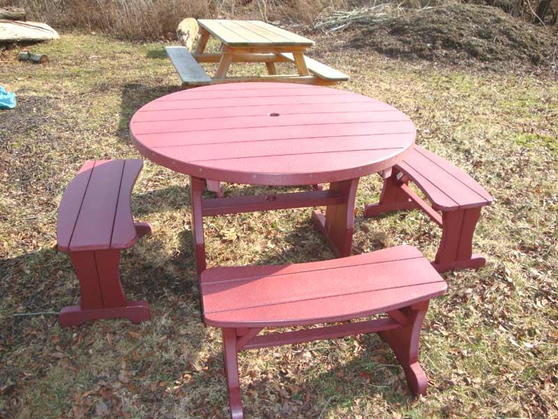 runder tisch mit bönken aus holz in pink gestrichen