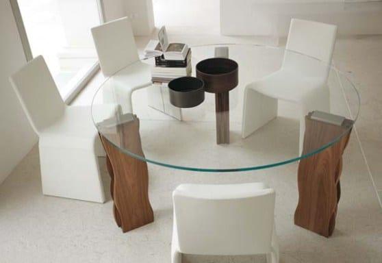 runder tisch fürs esszimmer mit holztischbeinen und runder glasplatte