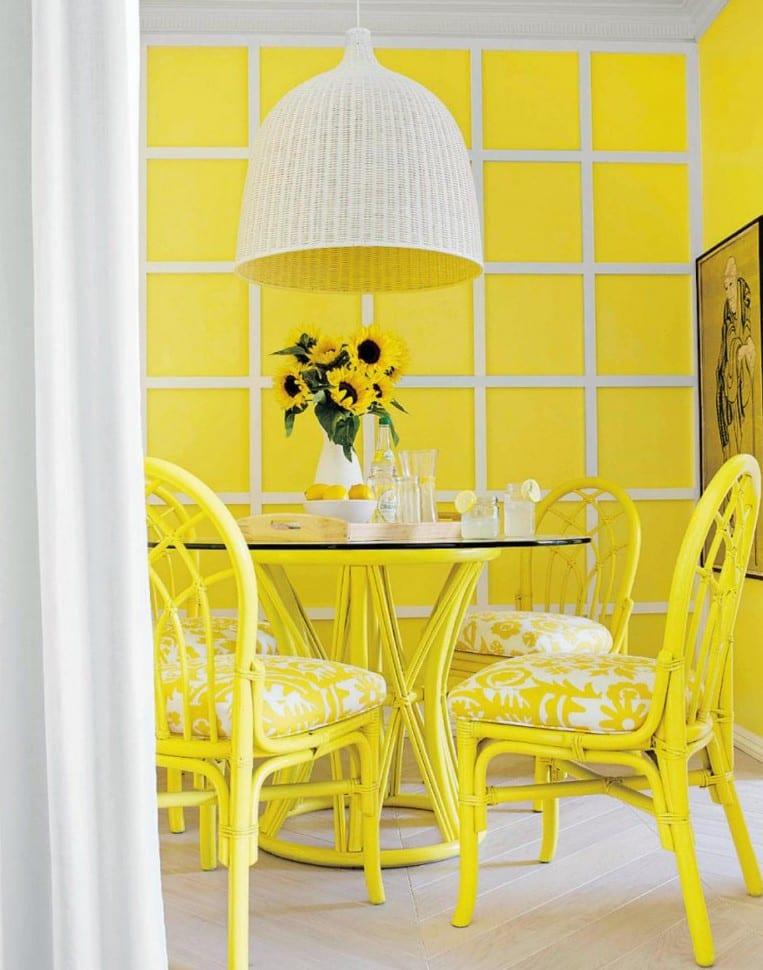 esszimmer gestalten mit wandmuster von gelben quadraten-gelber holzesstisch gelb mit esszimmerstühlen aus holz in gelb