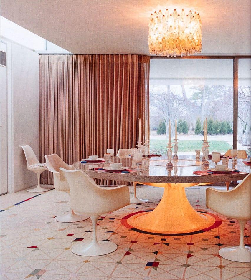 Lichtidee wohnzimmer_runder tisch mit tischplatte aus naturstein_altrosa gardinen dekorationsvorschläge